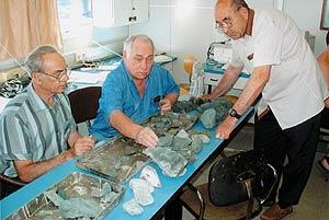 Геологи — профессор И. Б. Щербаков (справа), академик НАН Украины Е. Ф. Шнюков (в центре) и профессор Е. П. Гуров (слева) — заняты разбором образцов пород, поднятых со дна Черного моря