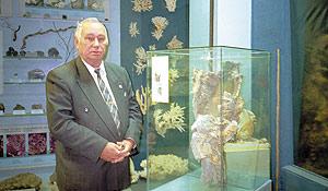 Академик Е. Ф. Шнюков в зале Центрального природоведческого музея возле найденного им «метанового курильщика»