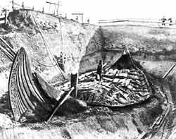 Ритуальная ладья викингов, найденная археологами в Норвегии. Эта ладья слишком хрупка для плавания через океан, но на подобной ей «каравелле» Лейф Эриксон пересек Атлантику.