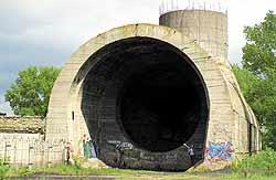 Жители Оболони называют это сооружение «бочкой».  Не все знают, что у берега — недостроенное звено подводного тоннеля с шахтой-кессоном...