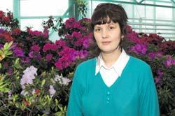 Кандидат биологических наук Жанна Ярославская среди своих питомиц — азалий