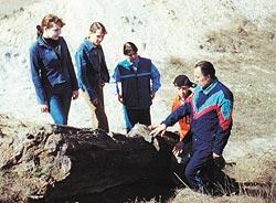 Николай Швец рассказывает участникам «Поиска» еще об одном уникальном памятнике природы
